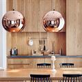 светильник подвесной медного цвета Copper Shade  Tom Dixon D35 на кухне из дерева