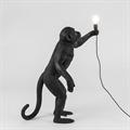 Торшер обезьяна держит лампочку
